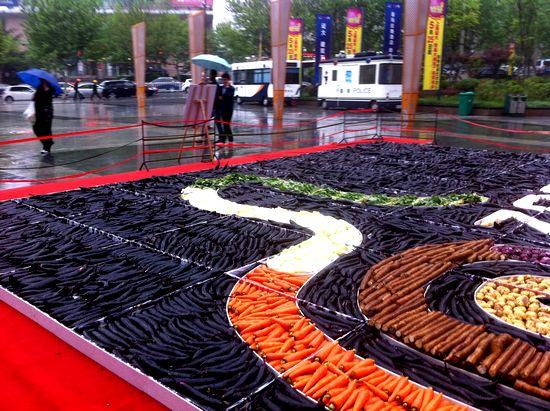崂山区同安路一商场周年店庆用蔬菜摆出巨大花坛