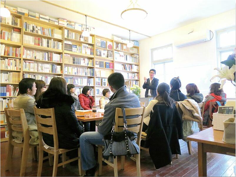 """7月18日,山东首家24小时书店""""明阅岛""""在书城二楼正式营业,一度成为舆论焦点,也让公众目光再次投向在移动互联网时代艰难生存的实体书店。如今,明阅岛正式营业逾3个月,位于繁华市区的地理位置、新华书店的背后支撑等多项资源都使得其具有一般独立书店尚不具备的竞争优势。在岛城,尚有数十家大小不一的独立书店分散在各个角落,如何在坚守中寻找新的空间,是其面对的共同难题。 多元经营: 更像爱书人俱乐部 点上一杯咖啡或绿茶,选一个靠窗的位置坐下,伴着轻柔的音乐安静地读完一本书…&h"""
