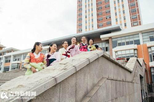 近日,青岛农业大学外国语学院朝鲜语专业的毕业生们,身着华丽的朝韩