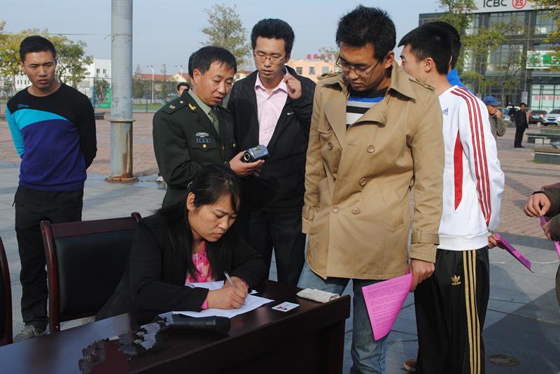 工作人员对应征青年信息做登记