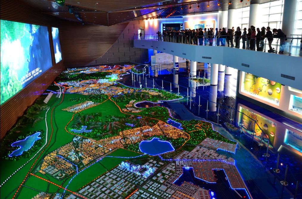 在西海岸经济新区规划展览馆,与会人员详细了解了西海岸经济新区的
