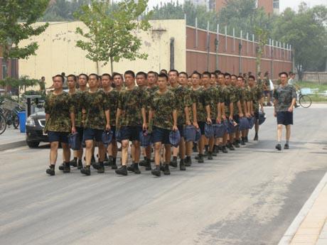 """陆海空部队委托培养的国防生苦练""""三伏""""-青岛西海岸"""