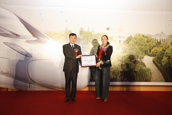 """华铁传媒执行总裁将品牌专列纪念牌赠给海安县人民政府副县长 作为此次品牌推广活动的重要宣传载体北京-南通 Z51/52 次列车,既充当了传播媒介工具,同时详细地介绍了海安县的旅游信息,并最大限度地引导乘客的旅游消费。Z51/52 次列车是具有""""陆上公务舱""""之称的庞巴迪列车,全程软卧。同时也是连接北京至南通唯一一列夕发朝至的直达特快列车,沿线经停北京、徐州、淮安、盐城、海安县、南通,覆盖多个江苏省内重要客源地,豪华舒适的列车环境以及便捷的出行时间,吸引了北京到江苏各消费阶层的不同人群"""