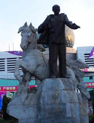 由我国著名雕塑家叶毓山教授创作