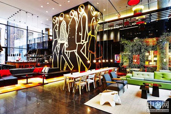 美国纽约时代广场citizenM酒店 citizenM New York Times Square 纽约citizenM酒店位于纽约的中心地带的时代广场。citizenM作为荷兰的一个酒店品牌,骨子里充满了荷兰人独特的时尚设计风格,该酒店由著名的荷兰设计事务所ConcreteArchitectural Associates设计。伦敦W酒店、刚开业不久的第一家W阿尔卑斯度假酒店等均出自该设计公司之手。 整个酒店充满了城市的时尚活力,选取了独特的荷兰视觉设计,结合纽约派的时尚,给予了酒店魅力四射的光芒。楼顶