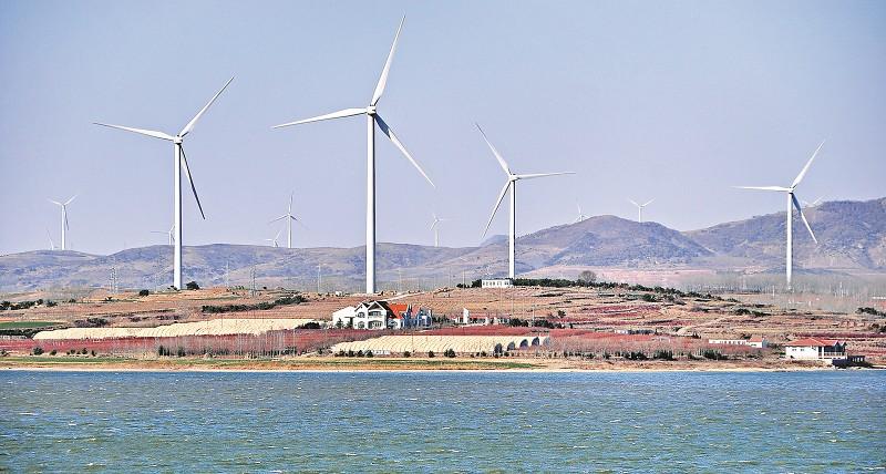 12月15日,理务关经济区吉利河水库附近的山岭上,用于发电的的风车