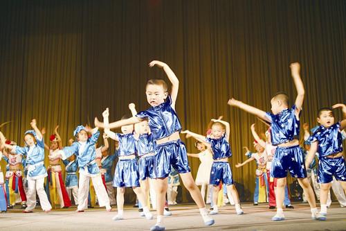 黄岛区小百灵幼儿园的小朋友们表演舞蹈《最炫小苹果》