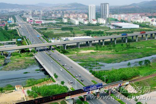 现在青岛开发区的公路通车总里程已达到355公里