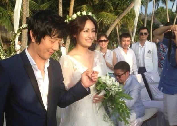 明星 > 正文        蓝天碧海,轻纱幔帐,郑钧与刘芸的海岛婚礼以白色