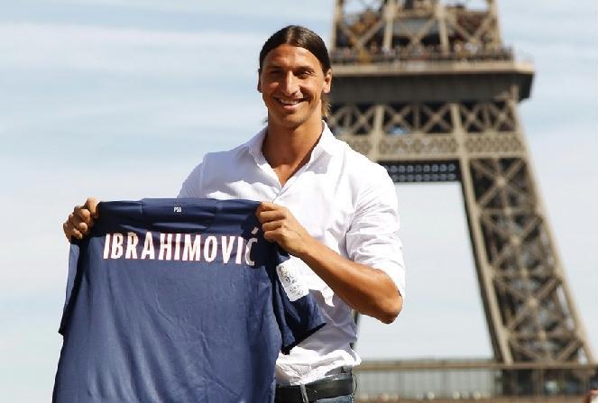 伊布亮相巴黎 埃菲尔铁塔前展示新球衣