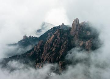 巨峰现绝美云雾景观 崂山之巅仙气十足