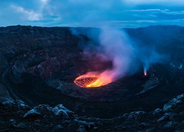 青岛摄影师镜头下的火山口 犹如汹涌火湖