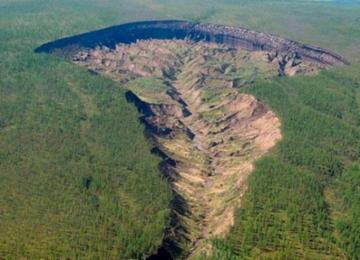 西伯利亚千米巨坑持续扩大