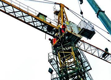 塔吊工人突发急病 民警消防工友协力巧救援