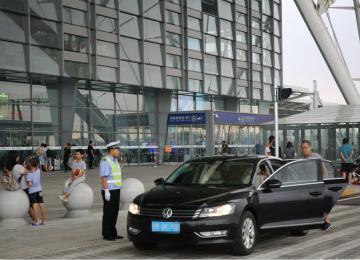 青岛火车北站西广场站前道路开通 停车不得超3分钟
