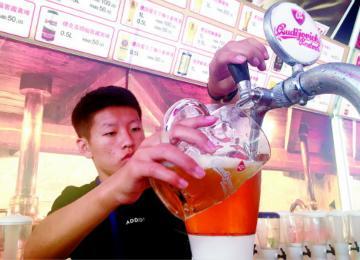 """体验""""舌尖滋味"""" 金沙滩啤酒城美食众多美酒丰富"""