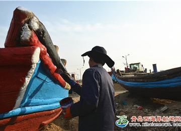 """渔民过新年为渔船穿""""新衣""""祈求一年好运气"""