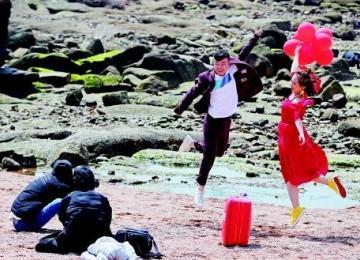 浪漫之春!八大关景区海边新人忙拍婚纱照