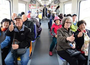 11号线开通首日载客2.7万 苗岭路站最热闹