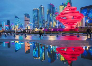 雨后五四广场如梦如幻 吸引众多游客驻足