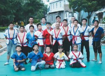 男子义务教孩子中国式摔跤 已坚持近20年