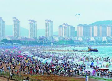 金沙滩看人海!旅游旺季至 大批游客来洗海澡