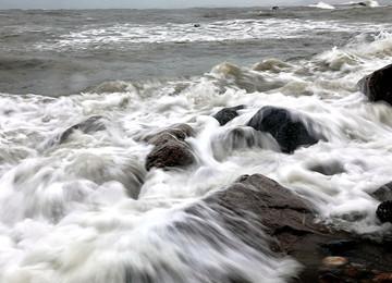 疾风暴雨过境青岛 沿海风大浪急内陆柔风细雨