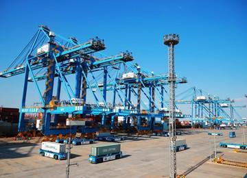 青岛港全自动化集装箱码头 无人作业效率高