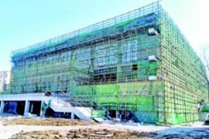 开发区一中体育馆主体封顶 总建筑面积5402.38平方米,可容纳2000名观众,预计9月投用