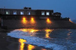 天文大潮扮靓海滩 吸引游客到岸边观潮看海鸥