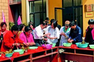 珠海街道举行包粽子比赛 情暖孤寡老人和贫困居民
