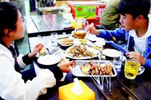 青岛夜经济掀起人气大战 小小烤串一晚卖上万元