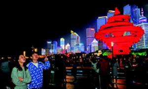 夜太美游人醉!漫步五四广场欣赏浮山湾畔夜景