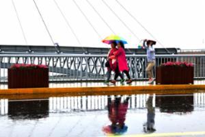 一场暴雨下午玩了趟快闪 海边游人撑伞看风景