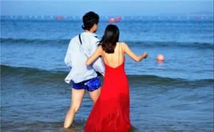 青岛初夏海边风情浓郁 游客下海试水尝鲜