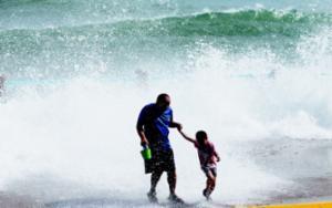 受台风影响海边大浪高约四五米 仍有市民靠近