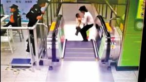 2岁男童差一秒被甩下电梯 地铁站务员飞奔救人