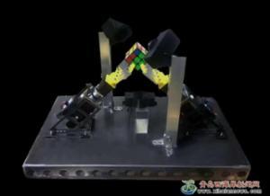 新区学子研发魔方机器人8.2秒复原魔方