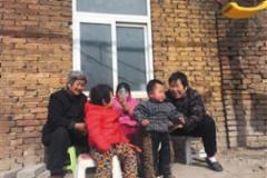 """""""痞子""""妈妈:收养104个孤儿"""