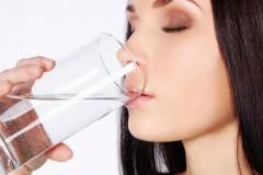 吃饭时喝水到底好不好
