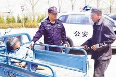 走失男童路边哭警民接力寻家人