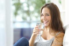 早晨空腹喝一杯水有什么好处?
