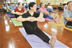 老年大学推男性瑜伽班