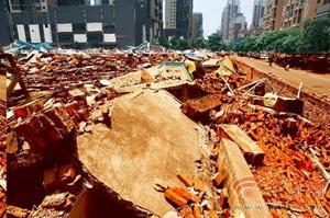 数十名男子开3台挖掘机强拆6000多平米厂房
