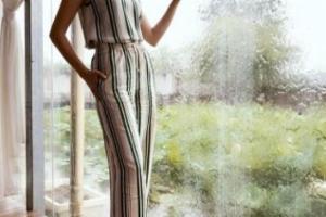 蔡少芬雨天工作感慨生活 条纹套装长腿实力抢镜