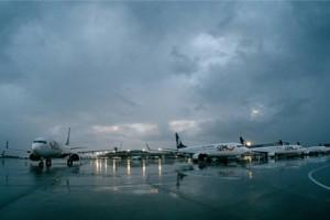 雨后倒影里的青岛机场