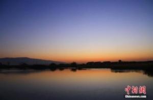 甘肃戈壁湿地初冬清晨