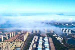 平流雾映衬下的灵山湾