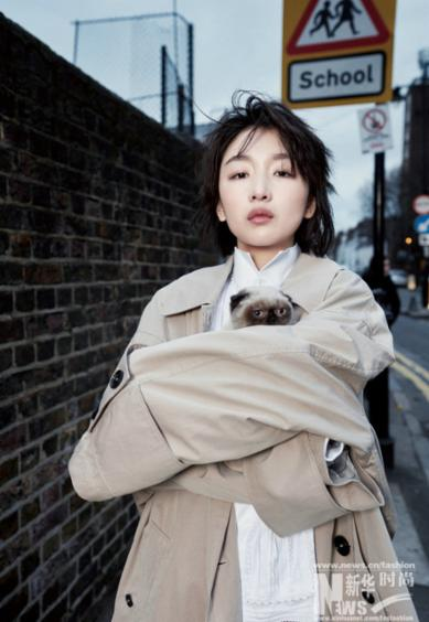 周冬雨登时尚杂志封面 漫步街头酷美范儿十足
