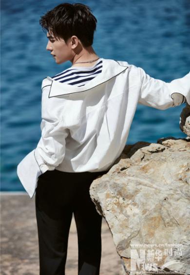 杨洋最新海边大片发布 清爽白衬衫演绎美少年